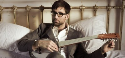 Singer Jamie Lidell with a banjo