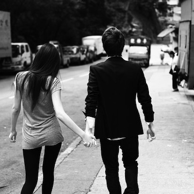 Couple holding hands cwjjvm
