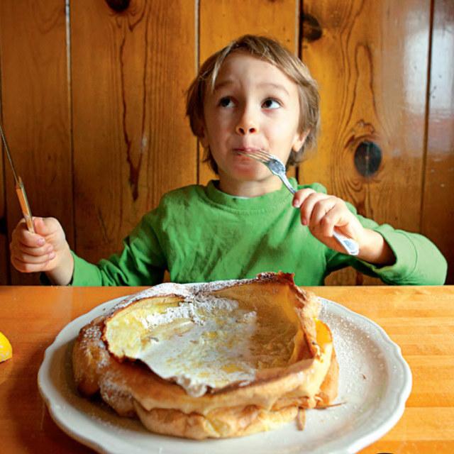 Boy eating breakfast h7qehl