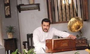 Salman Khan in New Avatar of Kishore Kumar in Bigg Boss 11