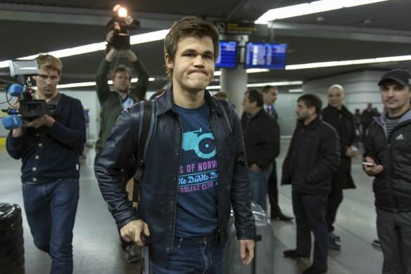 Magnus Carlsen ved ankomst Sotsji. Foto: Artur Lebedev, AP