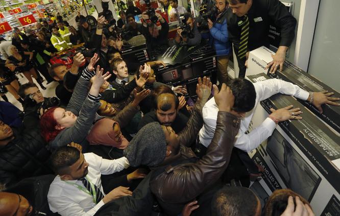 Kamp om tilbudsvarene i London. (Foto: REUTERS/Luke MacGregor/Scanpix)