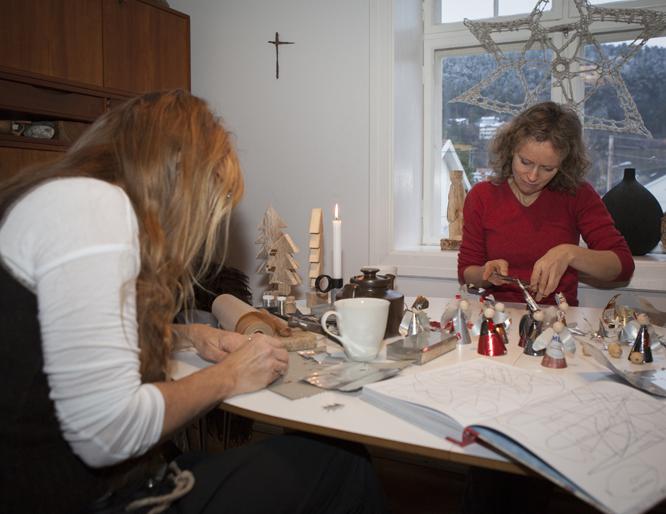 Heidi Bjørnsdotter Thorvik og May B. Langhelle lager både engler og girlandere av tomgods. (FOTO: Torstein Bøe / NTB Scanpix)