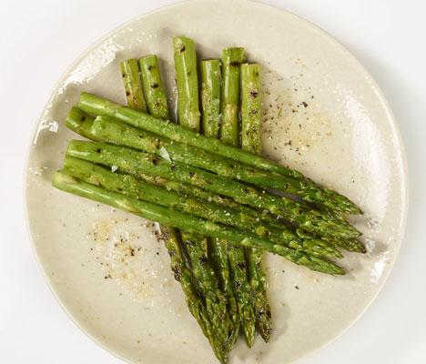 Grillet asparges i skinke; en perfekt forrett.