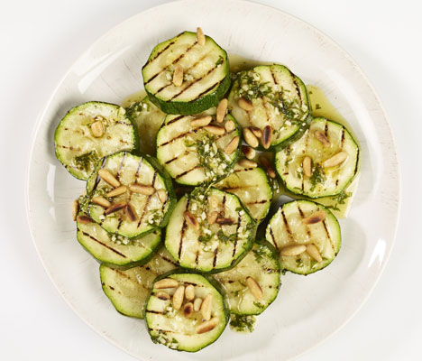 Dressingen til squashsalaten passer også utmerket til kjøttet, så husk å lage nok.