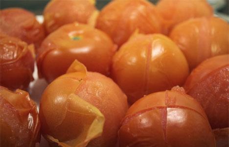 Slik flår du skinnet av tomatene. Klikk på bildet for å lese oppskriften og se flere bilder. (Foto: Kjøkkenkroken)