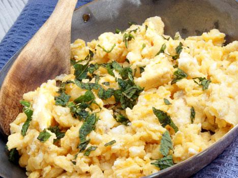 Ta det med ro mens eggerøren stekes. Klikk på bildet for oppskrift. (Foto: Colourbox)