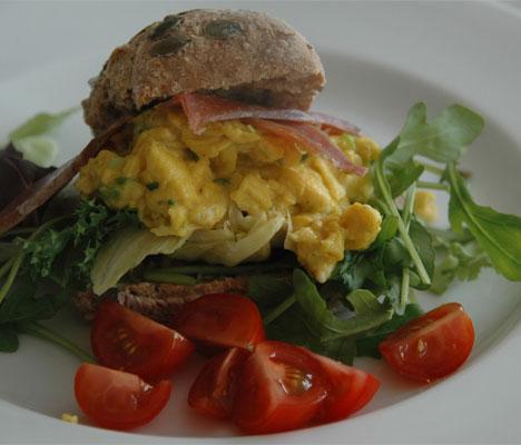 Prøv noe nytt! Hva med karrikrydret eggerøre? Klikk på bildet for oppskrift. (Foto: Ganske enkelt)