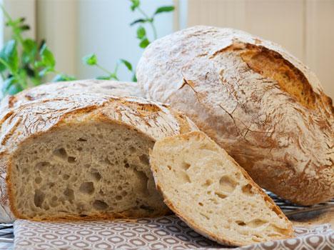 Perfekt høyt brød, med sprø skorpe og store luftbobler. Du trenger ikke være superbaker for å få dette til! (Foto: Fru Timian). Klikk på bildet for oppskrift)