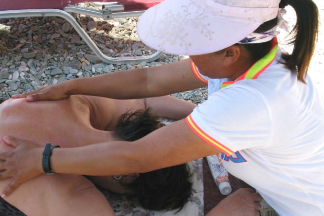 Massasje på stranda er populært, men ikke alle formene passer seg offentlig. (Foto: Berit Keilen / NTB scanpix)