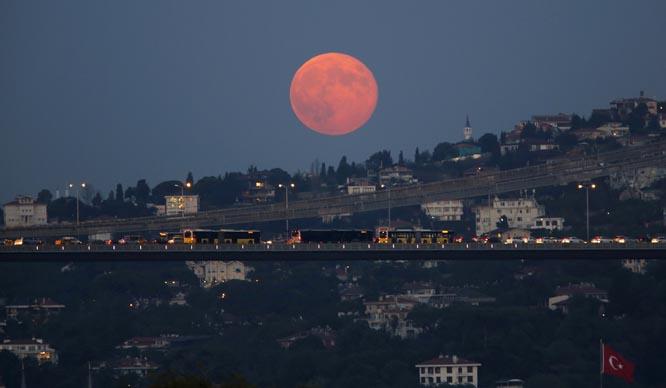 Ikke rart at fotografer er glad i supermånen. Bildene blir spektakulære. Her: Istanbul. (Foto: Reuters(Scanpix)