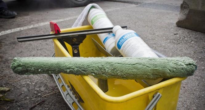Ha utstyret i orden når du skal vaske vinduer.  (FOTO: Rolf Magnus W. Sæther/Newswire)