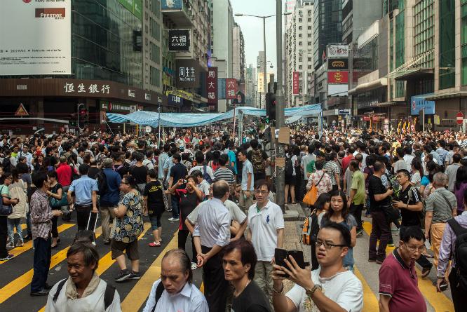 Innbyggerne i Hongkong trekker til gatene i titusentall. (Foto: AFP PHOTO / ANTHONY WALLACE)