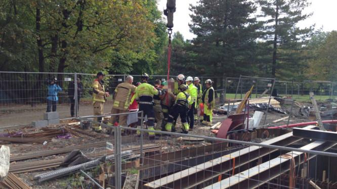 Mannen måtte hjelpes opp fra hullet. (FOTO: Cathrine Eldorhagen/TV 2)