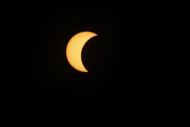 Solformørkelsen sett fra Longyearbyen. Foto: Håkon Mosvold Larsen / NTB scanpix
