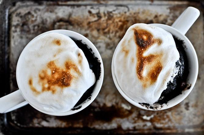 Sjokoladefudgekake med marshmallows? Velbekomme fra How Sweet it is (Foto: howsweeteats.com)