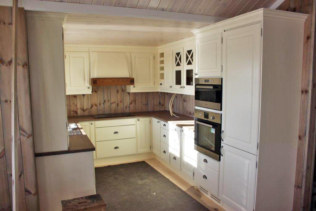 LYST OG PRAKTISK: Vi gjorde kjøkkendelen av hytta 60 cm dypere enn på originalmodellen fra Tinde. Det angrer vi ikke på i dag. Kjøkkenet er blitt akkurat så fint som vi håpet.