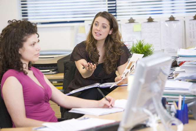 Det kan være lurt å spørre om kollegaen har tid, før du  begynner å småprate. Foto: Colourbox