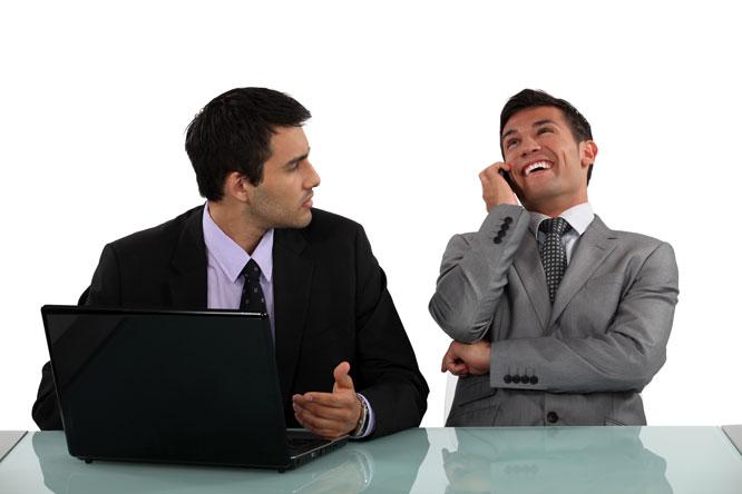 Skal du ta private samtaler, bør du kanskje finne et egnet sted? Foto: Colourbox