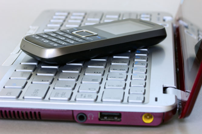 Mobilen ringer konstant, men ingen tar telefonen. Foto: Colourbox