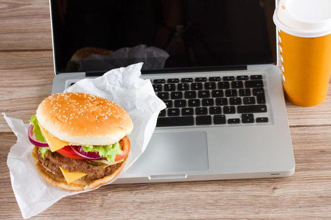 Nei, det er ikke alltid greit å ta med maten din på pulten. Foto: Colourbox