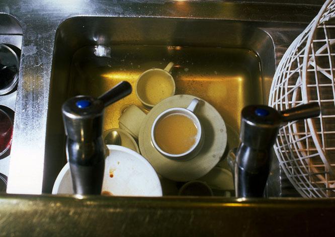 Tar du oppvasken etter deg på jobben? Foto: Colourbox
