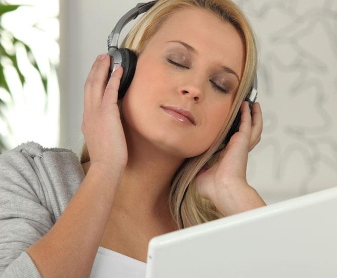 Nei, det er ikke alltid greit å høre på musikk mens man er på jobb. Foto: Colourbox