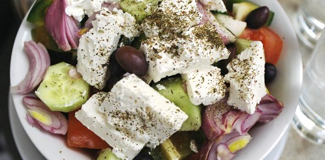 48 timer i Athen, Hellas. Gresk salat, med fetaost og oliven.