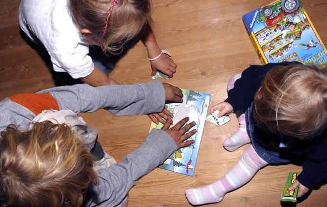 Deler du opp puslespiller opp flere dager, blir det spennende for barna å se hva bildet blir til slutt. (FOTO: SCANPIX)