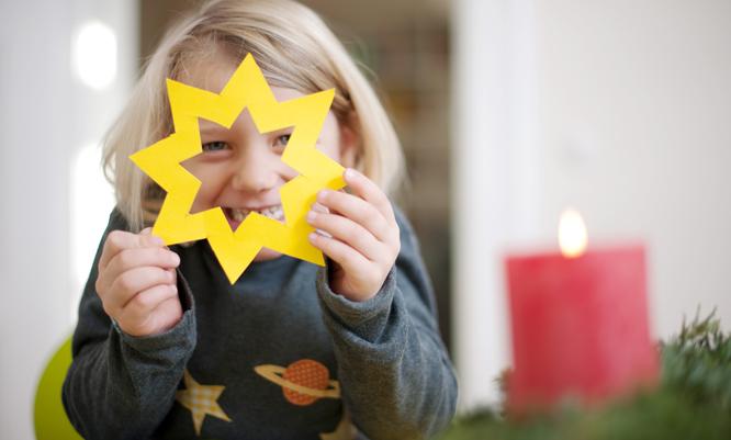 Lag julestjerner sammen og heng opp i omvendt-kalenderen. (Foto: Jan Haas / NTB scanpix)