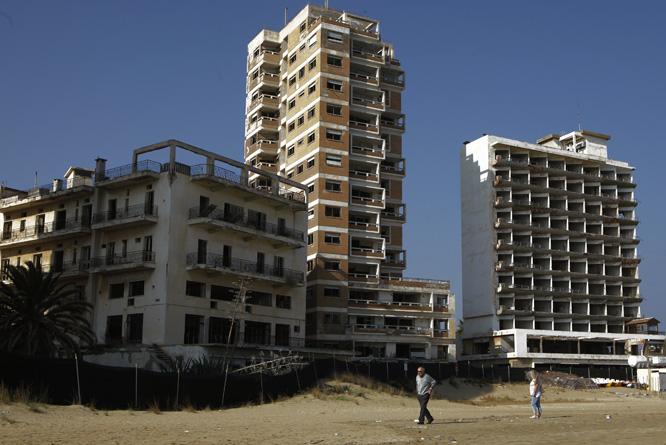 Strandhotellene i Varosha forfaller. (Foto: AP/Scanpix)