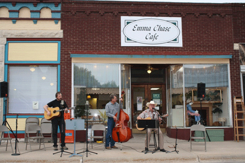 Musicians playing outside the Emma Chase Cafe
