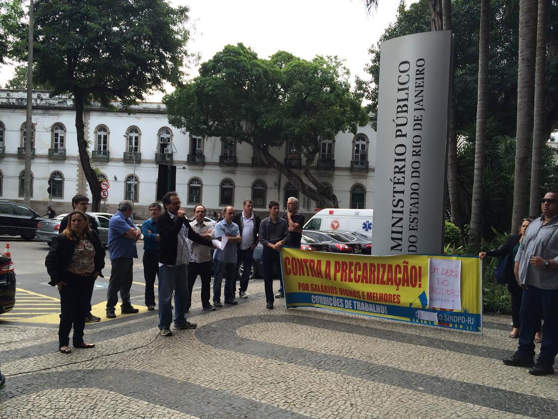 Trabalhadores do Proderj realizam ato em frente ao Ministério Público