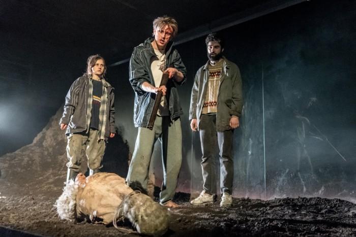 Ria Zmitrowicz, Alex Austin & Alec Secareanu in Gundog (Photo: Manuel Harlan).