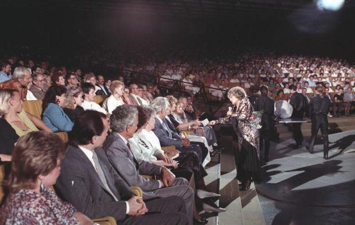 """ADN-ZB /Franke/ 1.11.89: Berlin: 100. """"Kessel Buntes"""" am 23.9.1989 im Palast der Republik Helga Hanemann - vielseitige Unterhaltungskünstlerin - stellte am Anfang der Sendung den unmittelbaren Kontakt zum Publikaum her."""