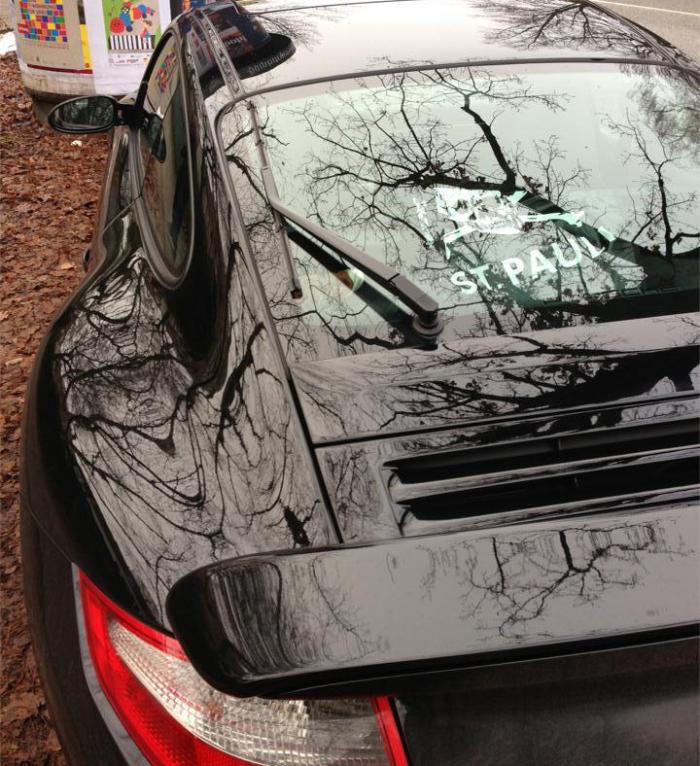 Porsche an der Elbchaussee mit St. Pauli Kuriertasche von Upsolut