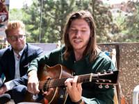 Titulní píseň ke komedii Petra Kolečka Přes prsty nazpívali Marcell a Lucie Bílá