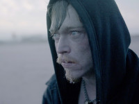 Světovou premiéru soutěžního filmu DO NOCI doprovodí herec Caleb Landry Jones