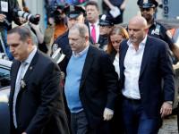Hollywoodského producenta Harveyho Weinsteina zatkli a obvinili ze znásilnění