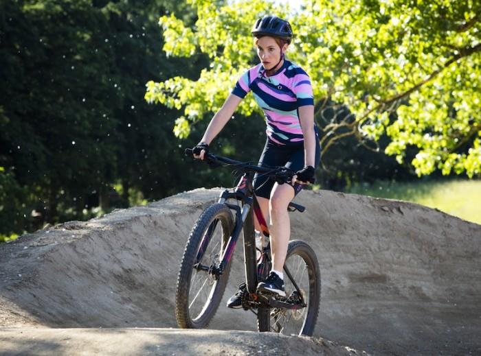 Hana Vagnerová na kole v komedii Bajkeři