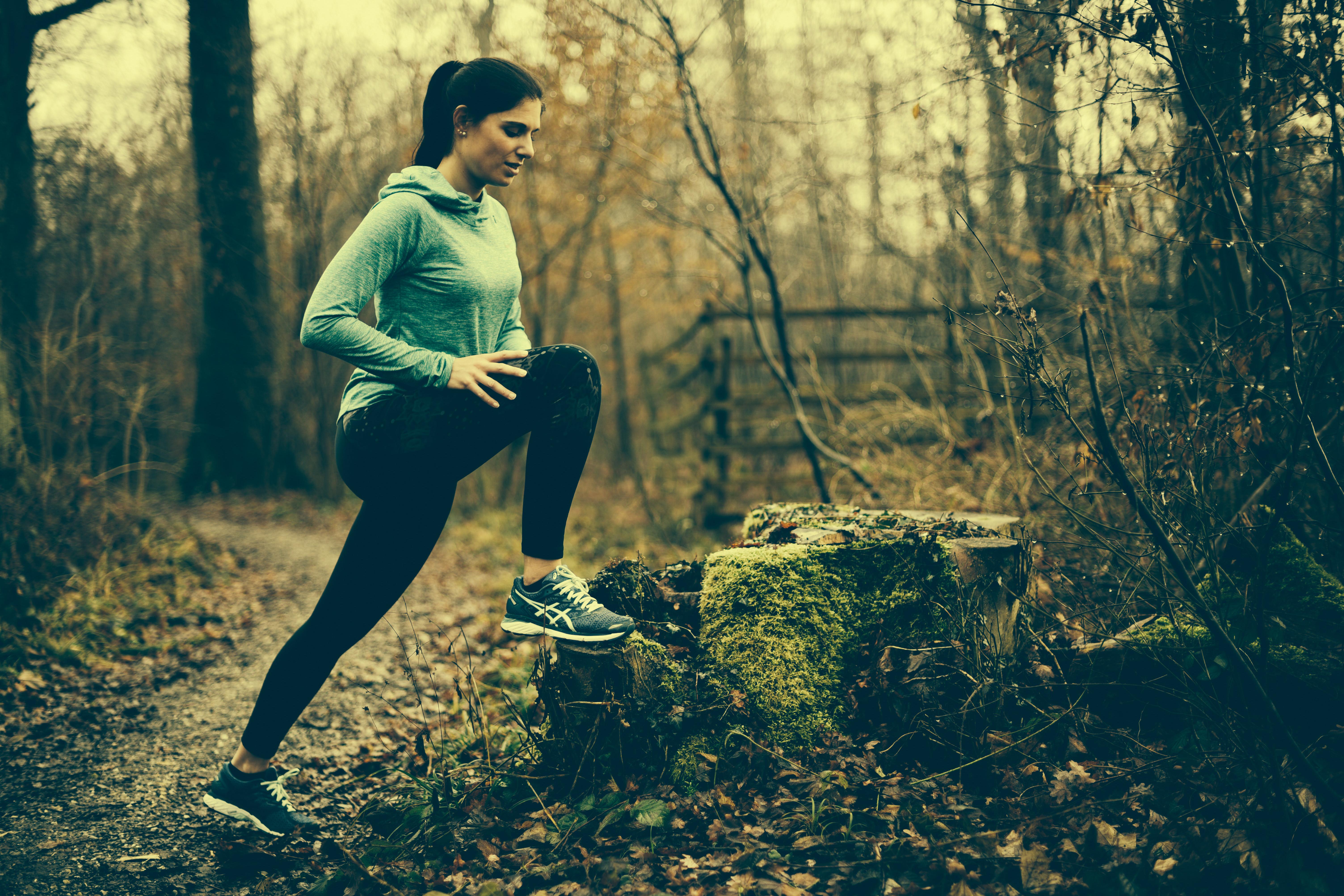 Tania am Dehnen im Wald