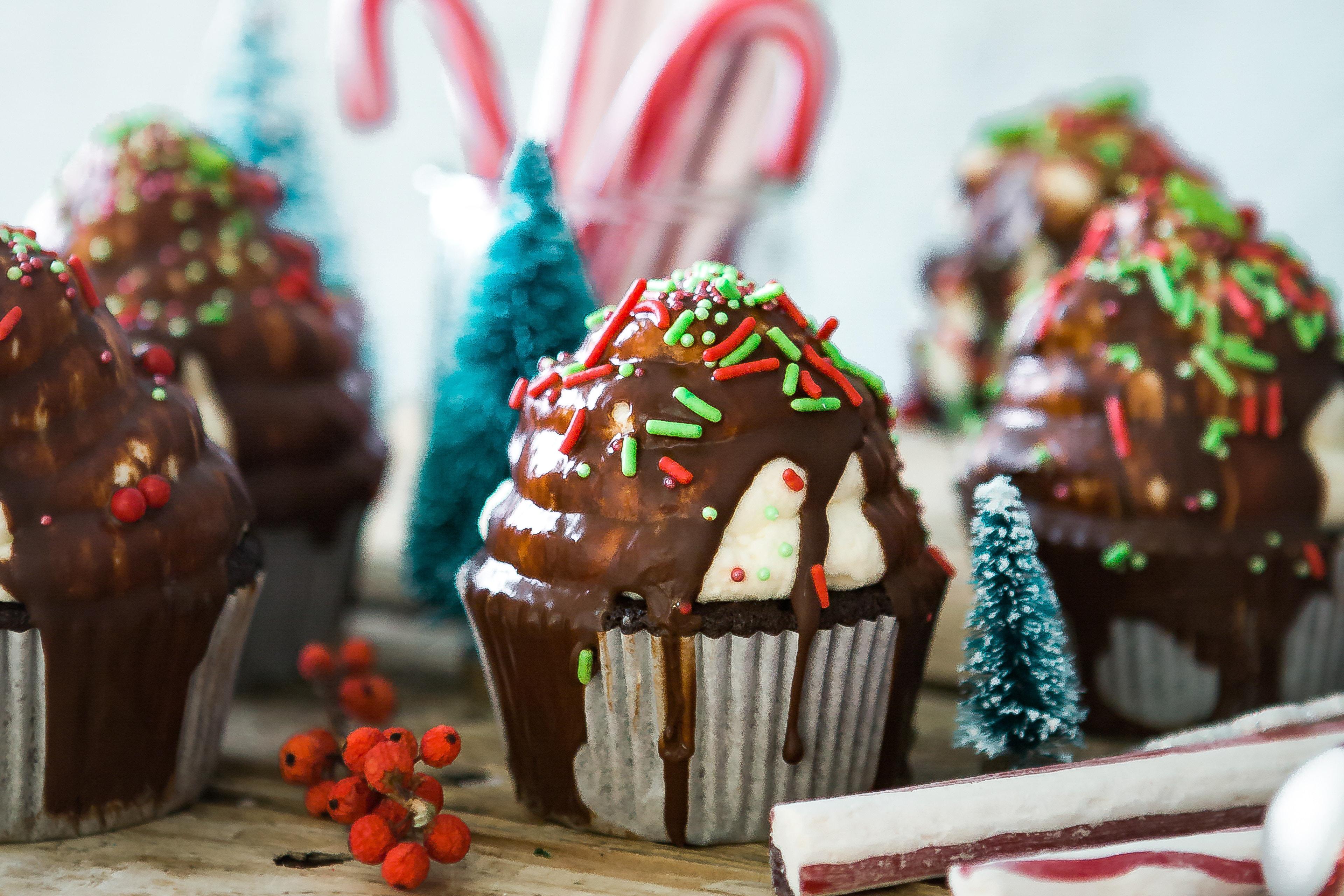 Muffins mit Schokoladenguss und Streusel