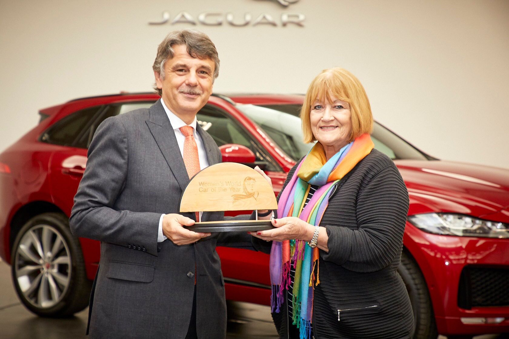 Jaguar CEO'su Dr. Ralf Speth ve Sue Baker WCOTY Kadın Yılın Otomobili Ödül Töreni