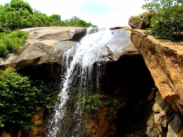Jalagamparai Waterfalls at travel d'globe