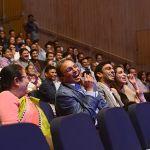 קהל משתתף בהופעתו של אמן החושים רועי זלצמן