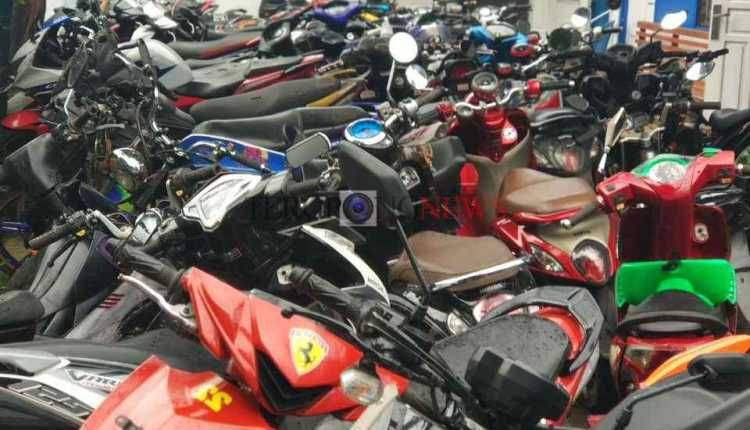 ratusan kendaraan roda dua tertampung di gudang Sat Lantas Polres Sorong Kota