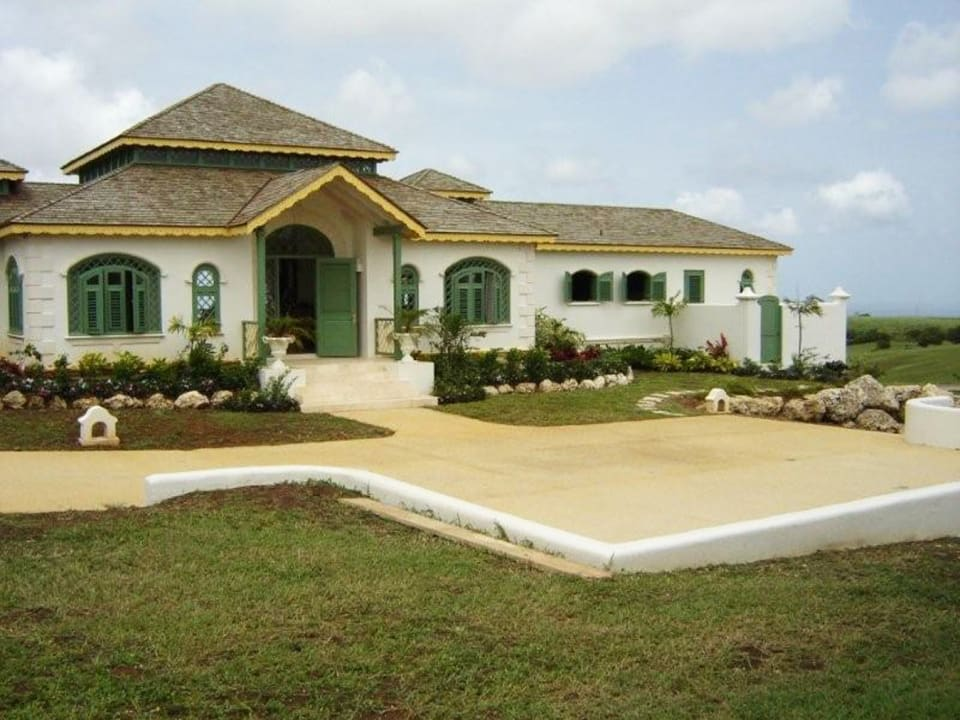 FRONT VIEW OF RESIDENCE