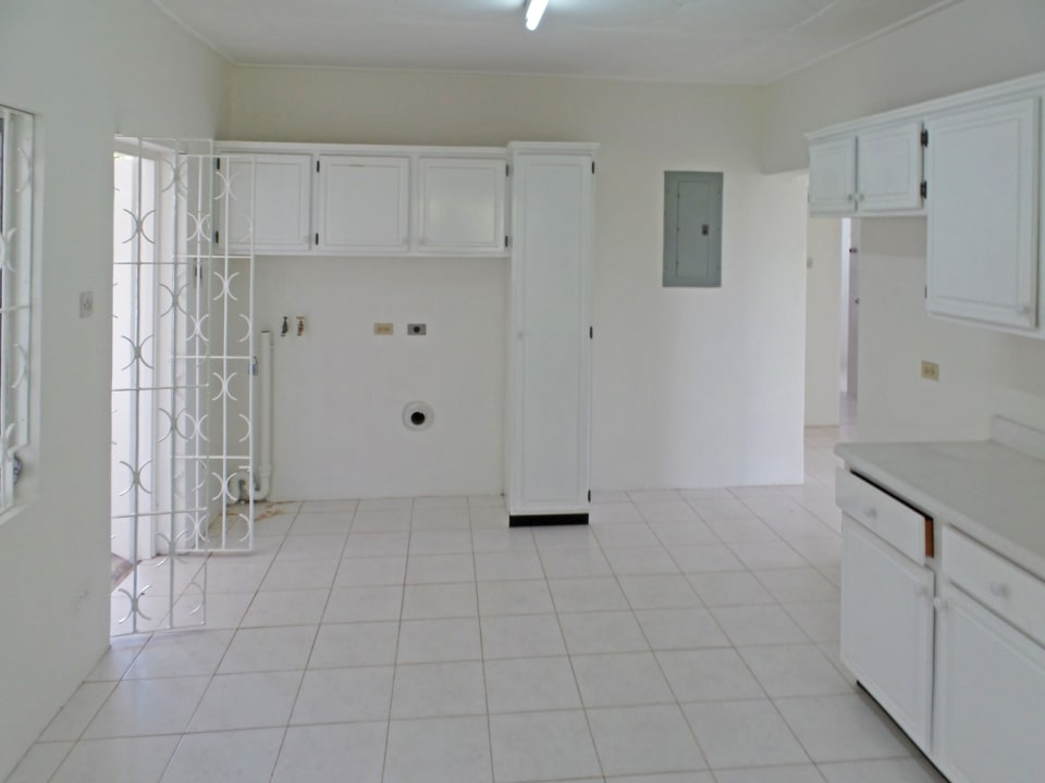 LARGE KITCHEN WITH LAUNDRY FACILITIES