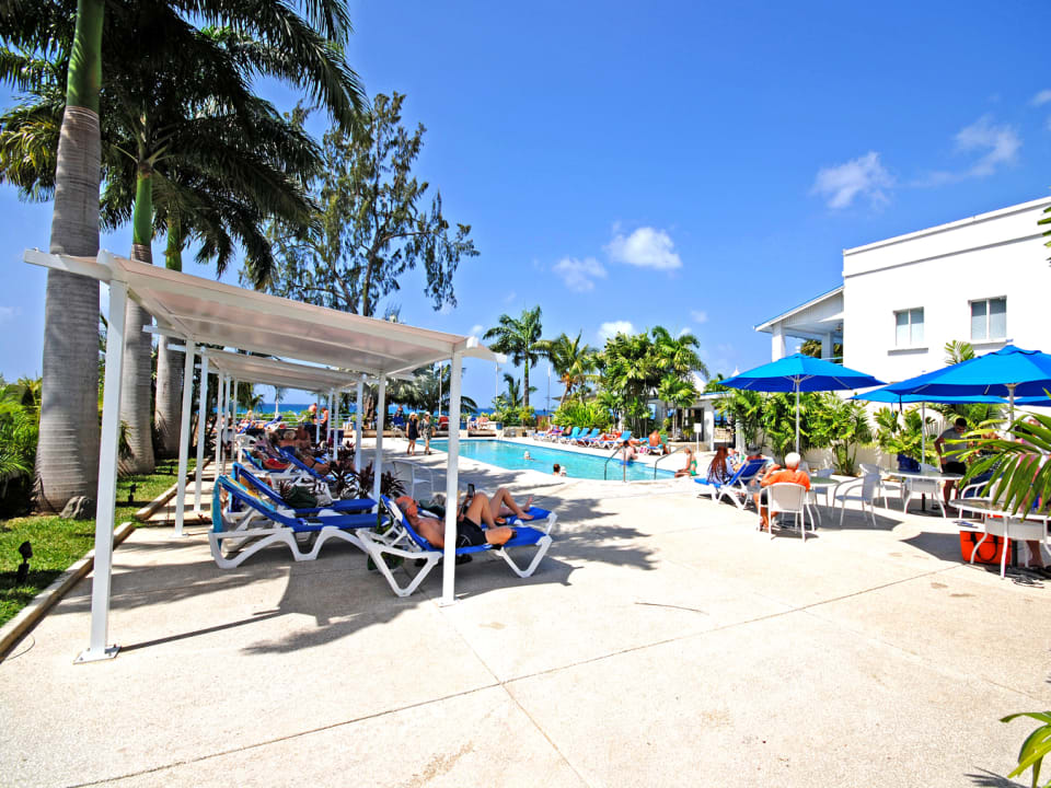Private beach club with swimming pool and beach access in Holetown