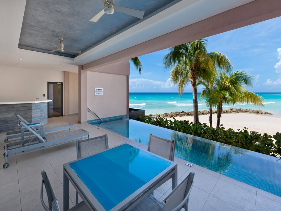 Capri pool, bar and access to the beach